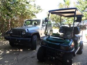 A la izquierda nuestro Jeep, de Carlo's Jeep. A la derecha uno de los carritos de golf que verás en Culebra, este de Jerry's Jeep. Con los carritos puedes llegar a muchhos puntos, como por ejemplo el pueblo, y las playas de Flamenco, Tamarindo y Melones; pero no es bueno si quieres ir por caminos pequeños, angostos o en dodne necesites tracción. Pero, en terminos generales es una buena opción si permaneces en las playas más conocidas.